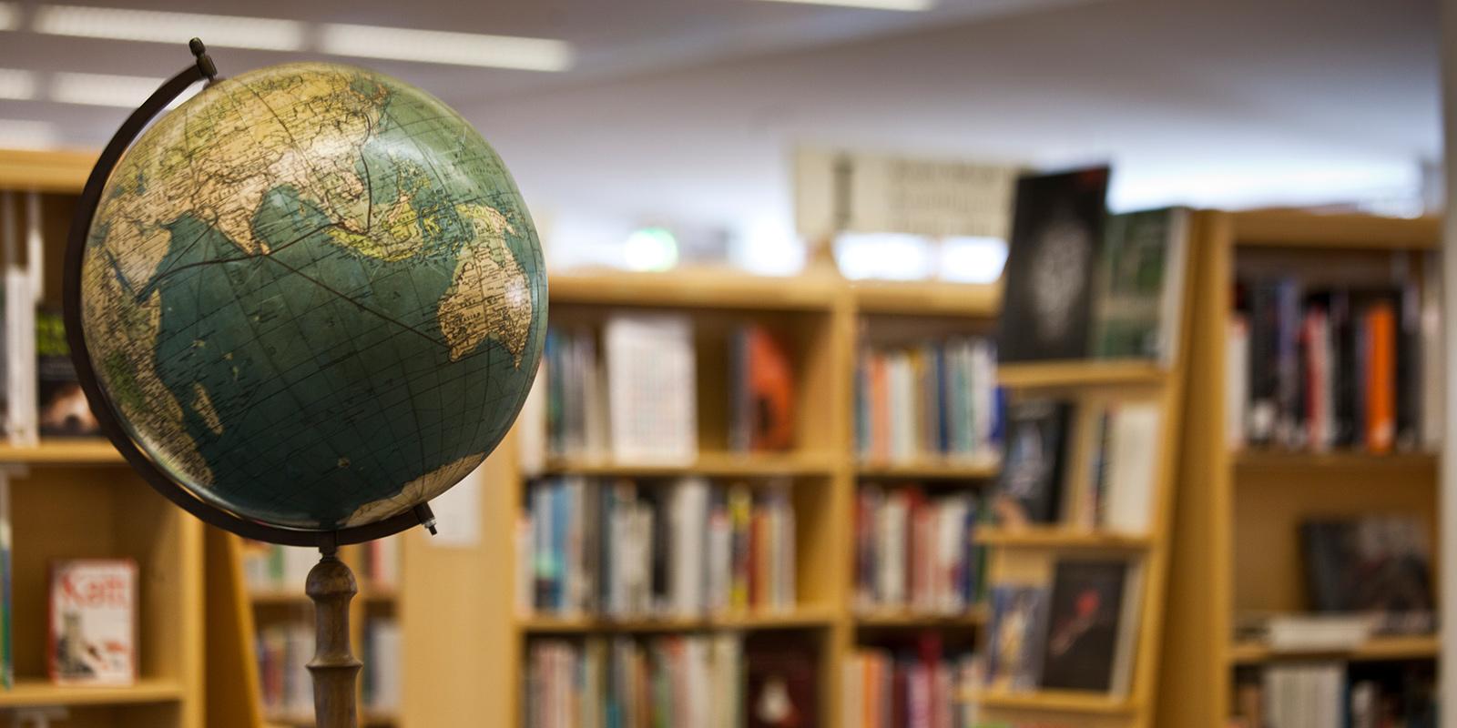 Jordglob på bibliotek