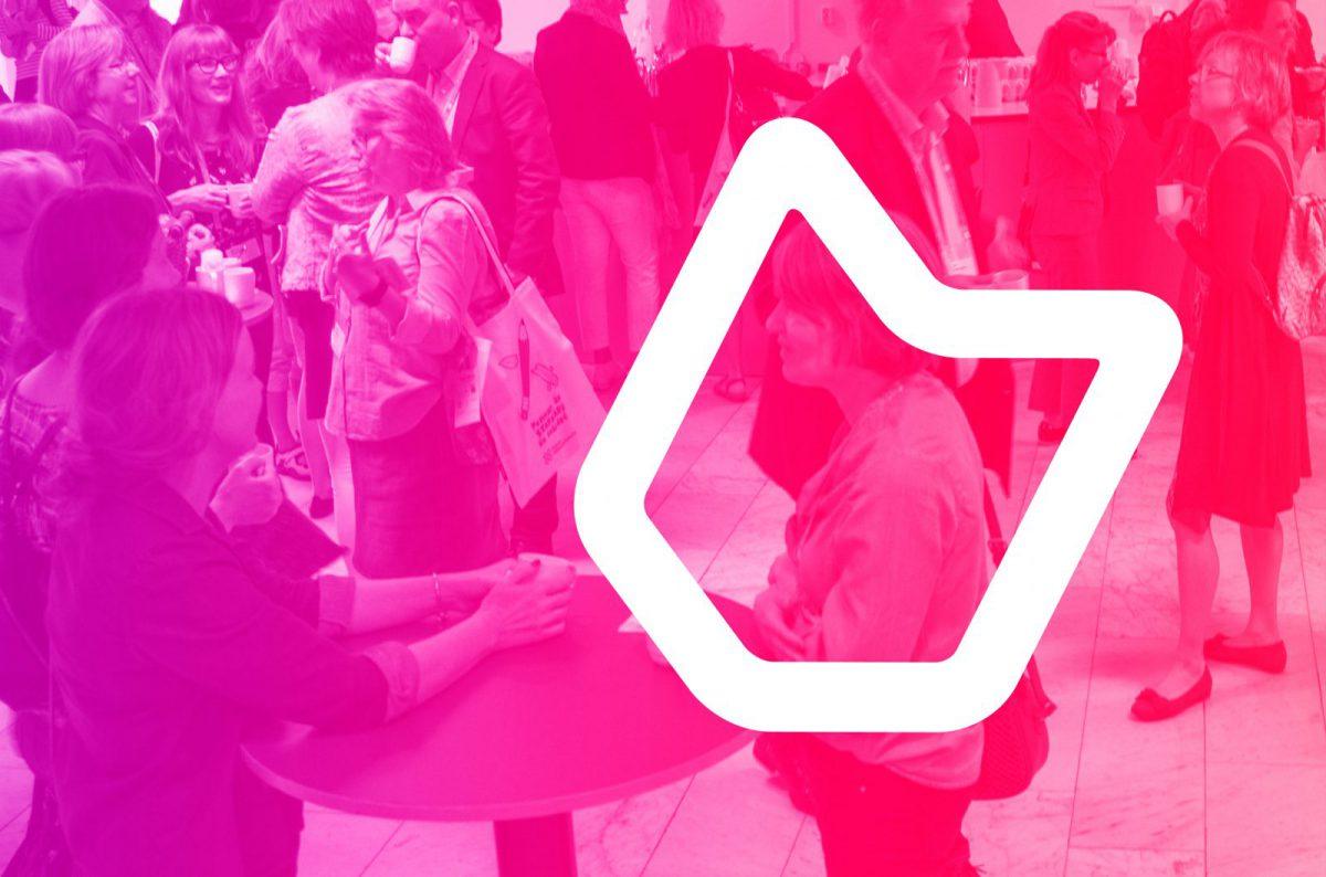 En bild av minglande människor med en rosa toning över. Ovanpå ligger ett grafiskt element som symboliserar Svensk biblioteksförening.